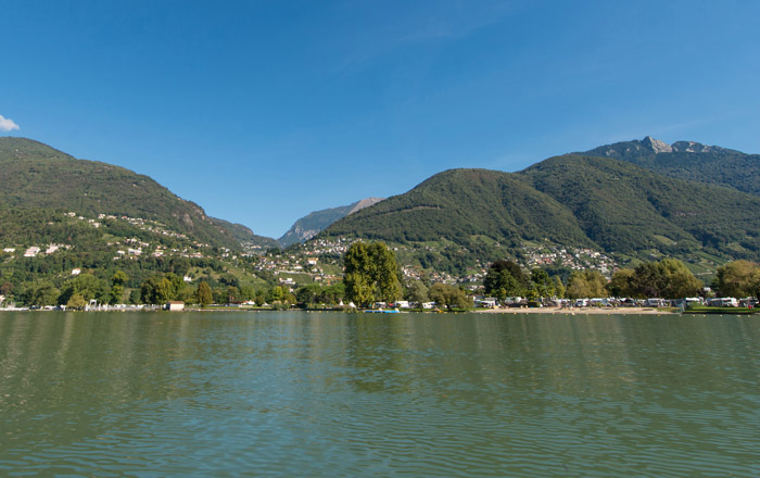Blick auf das Ufer des Campingplatzes am Lago Maggiore