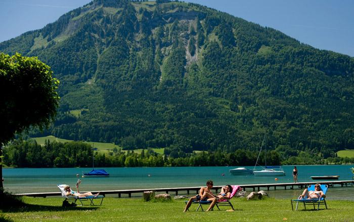 Auf der großen Liegewiese am Campingplatz kann man wunderbar entspannen.