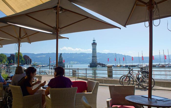 An der Uferpromenade in Lindau gibt es viele Cafés und Restaurants zum Einkehren