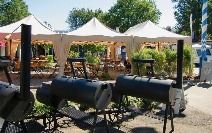 Das Restaurant am Campingplatz hat 3 BBQ-Smokers für beste Grillspezialitäten
