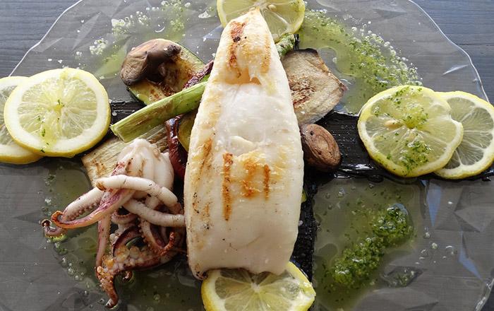 Das Restaurant am Platz serviert frischen Fisch