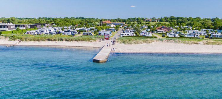 der Premium Campingplatz hat viel Platz für große Mobile und einen schönen Strand