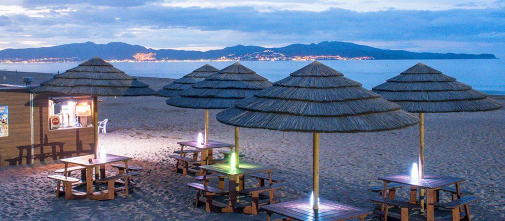 Der Campingplatz Las Dunas hat am langen Sandstrand auch eine Beach Bar