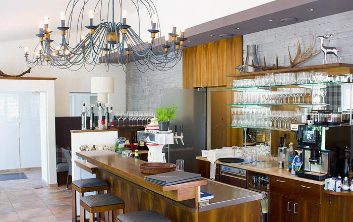 Das moderne Restaurant am Platz ietet Brunch und schöne Tagesgerichte