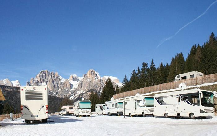 Direkt an der Skipiste bietet der Campinplatz Stellplätze für XXL-Liner