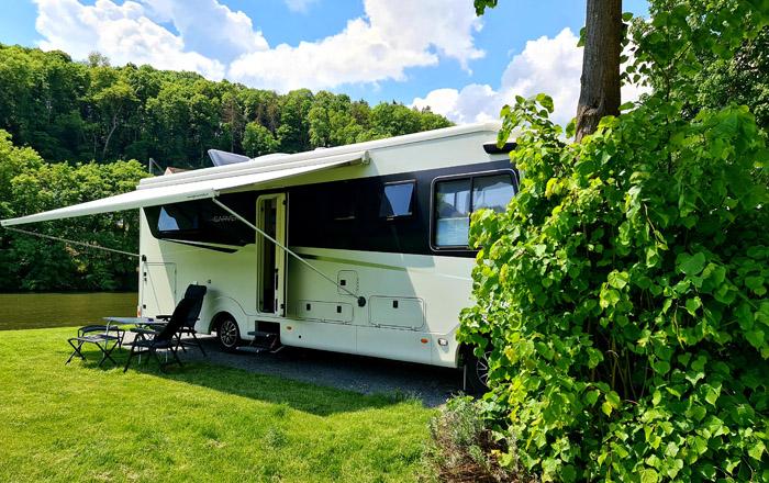 Schöne Parzellen mit Flussblick auf dem Camping Resort Limburg